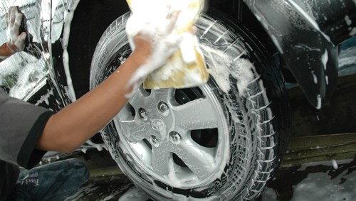 Cara Mencuci ban mobil cara mencuci mobil agar mengkilap Cara Mencuci Mobil Agar Mengkilap Tanpa Harus ke Car Wash Cara Mencuci ban mobil