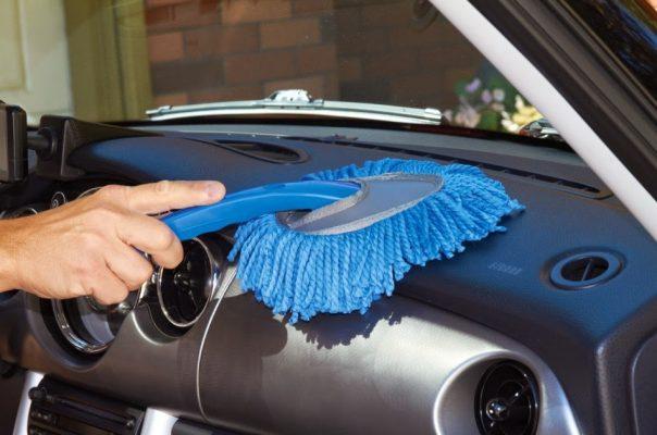 Membersihkan Debu Pada Mobil dengan kemoceng cara membersihkan debu pada mobil cepat dan mudah Cara Membersihkan Debu Pada Mobil Cepat dan Mudah Membersihkan Debu Pada Mobil dengan kemoceng 604x400