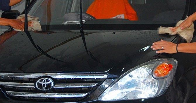 Membilas mobil  Begini Cara Mencuci Mobil Putih Agar Tidak Menguning Membilas mobil