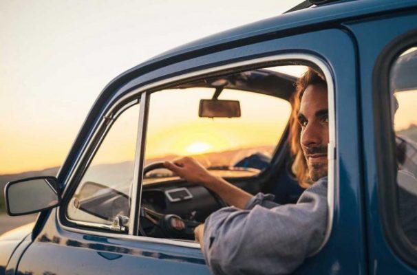 membuka jendela saat berkendara  Cara Merawat Dashboard Mobil Yang Benar Tanpa Gores dan benar membuka jendela saat berkendara 606x400