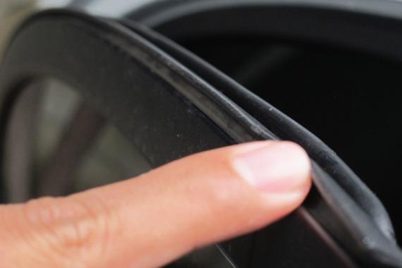 Bersihkan Debu Pada Karet cara mengatasi kaca mobil tidak berfungsi 5 Cara Mengatasi Kaca Mobil Tidak Berfungsi Untuk Semua Tipe Bersihkan Debu Pada Karet