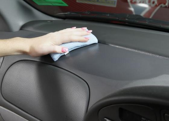 Gunakan cairan semir cara menghitamkan dashboard mobil 5 Cara Menghitamkan Dashboard Mobil Paling Berhasil Gunakan cairan smeir 560x400