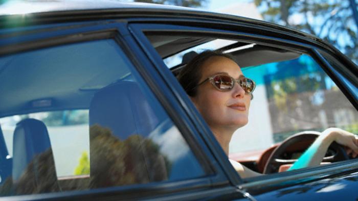 Membuka Kaca mobil cara mengatasi mobil bau , tips mengatasi mobil bau 6 Cara Mengatasi Mobil Bau Paling Cepat dan Efektif yang Mudah Dilakukan Membuka Kaca