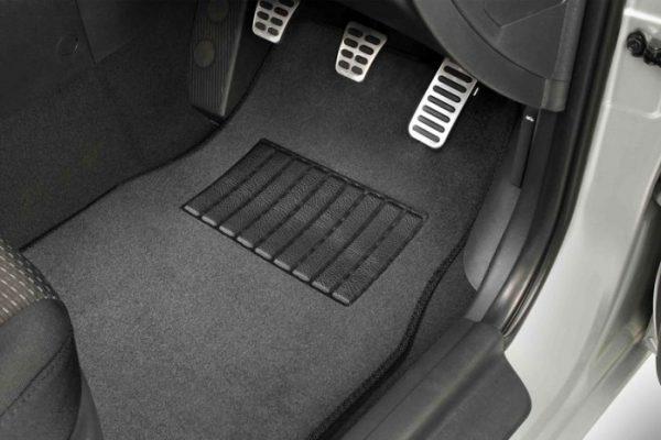 Menyikat Karpet mobil auto draft 5 Tips Menjaga Kebersihan Karpet Mobil Mudah dan Simpel Menyikat Karpet mobil 600x400