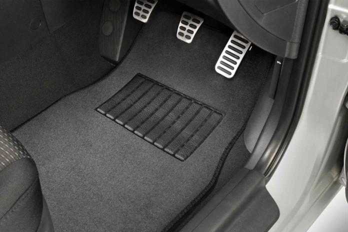 Menyikat Karpet mobil auto draft 5 Tips Menjaga Kebersihan Karpet Mobil Mudah dan Simpel Menyikat Karpet mobil