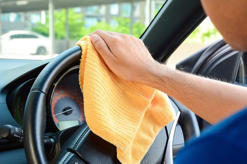 membersihkan kemudi mobil cara merawat pintu mobil yang benar 5 Cara Merawat Kemudi Mobil Agar Berfungsi dengan Baik dan Awet membersihkan kemudi mobil